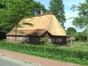Das Heimathaus, idylisch an den Dorfteichen des Riegen gelegen - Foto: UB