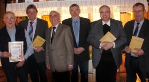 Vorstellung Use Borger 2011 - Die ersten Exemplare gehen an den Bgm. und den Pastor (von re.)