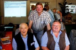 Vorstellung der Jahresschriften auf dem Kreisheimattag 2016 in Hilkenbrook (von li.: Hans Geers, Hermann Ubbenjans u. Heinz Oldiges)