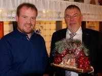 Stv. Bgm Ansgar Kossen (li.) erhielt von Hermann Schmitz eine Tunschere für die Überlassung des Heimathauses Börger